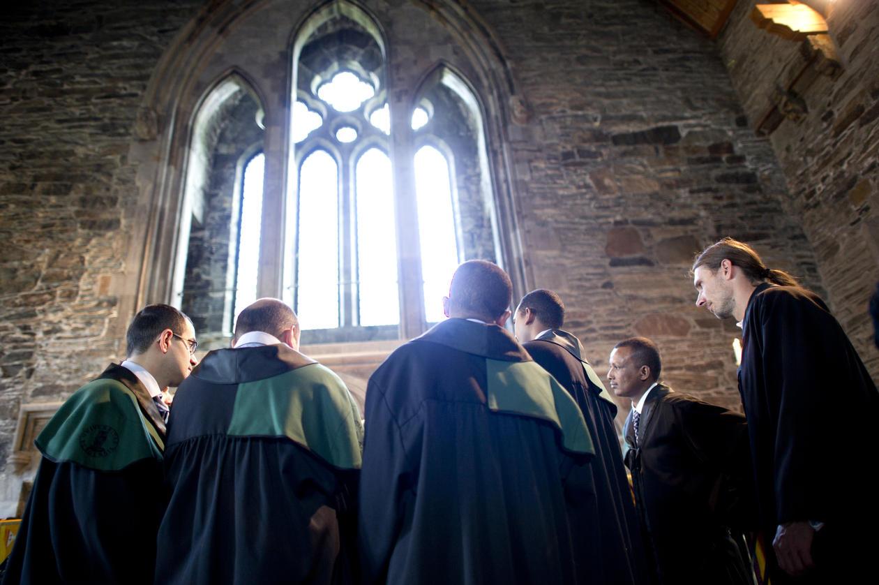 Seks doktorer under et vindu i Håkonshallen
