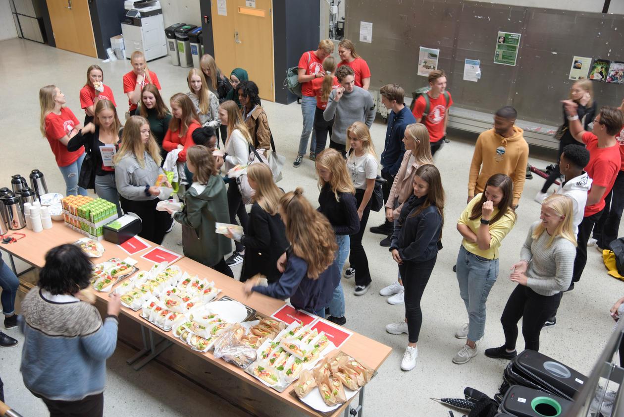Studenter får seg en matbit.