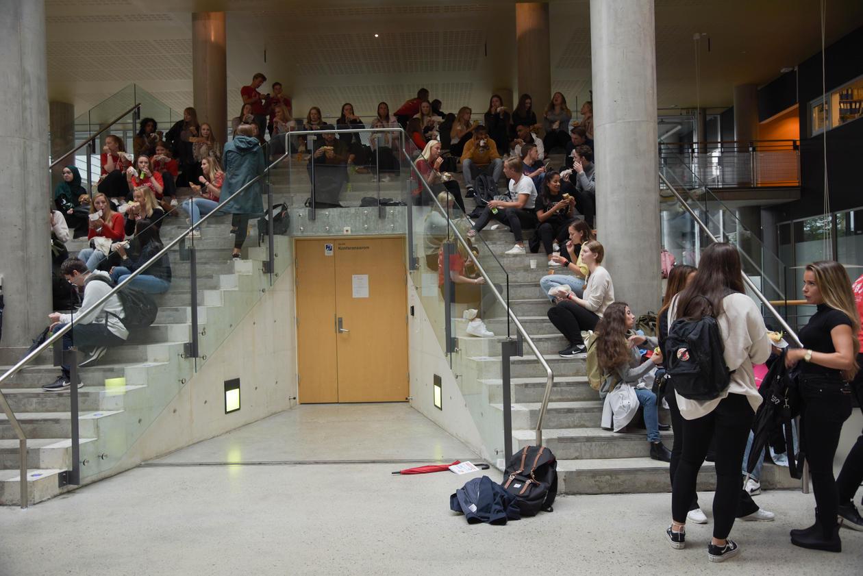 Studenter som sitter i trappen i BBB
