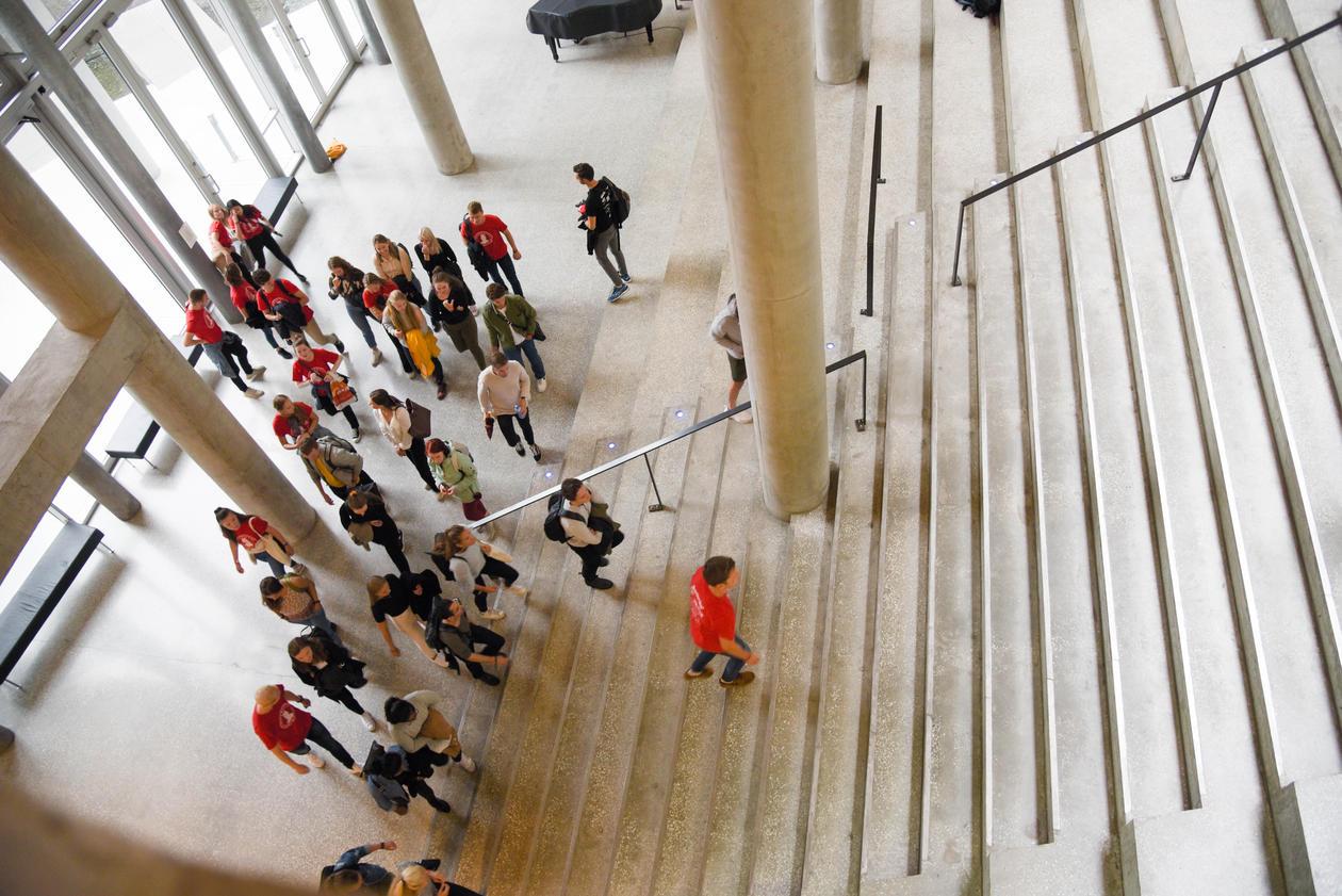 Studenter med faddere på vei opp trappen i vrimleområdet i BBB