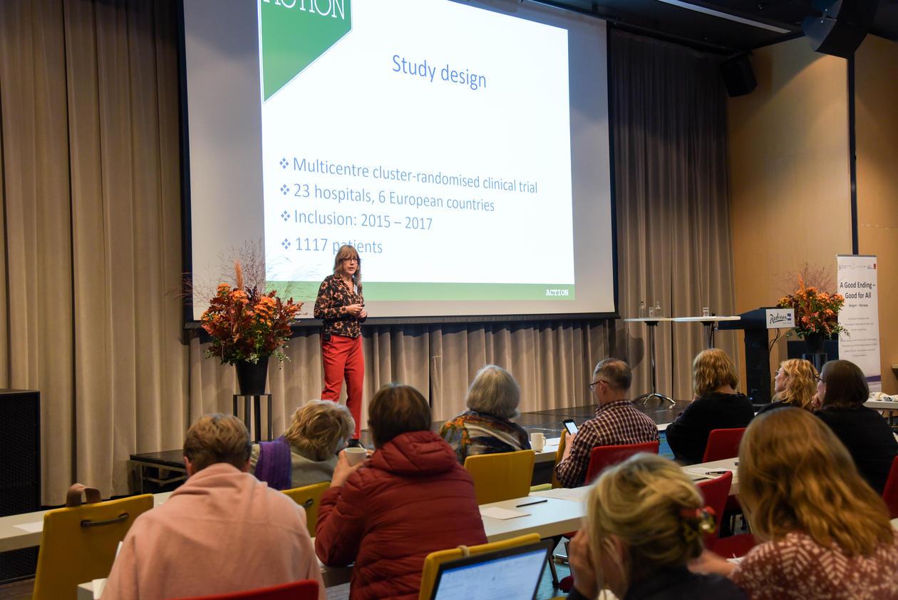 Idaa Korfage foreleser for publikum på konferansen