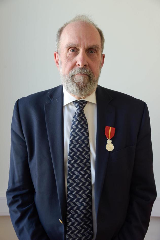 Rolf Reed med medaljen på venstre jakkeslag