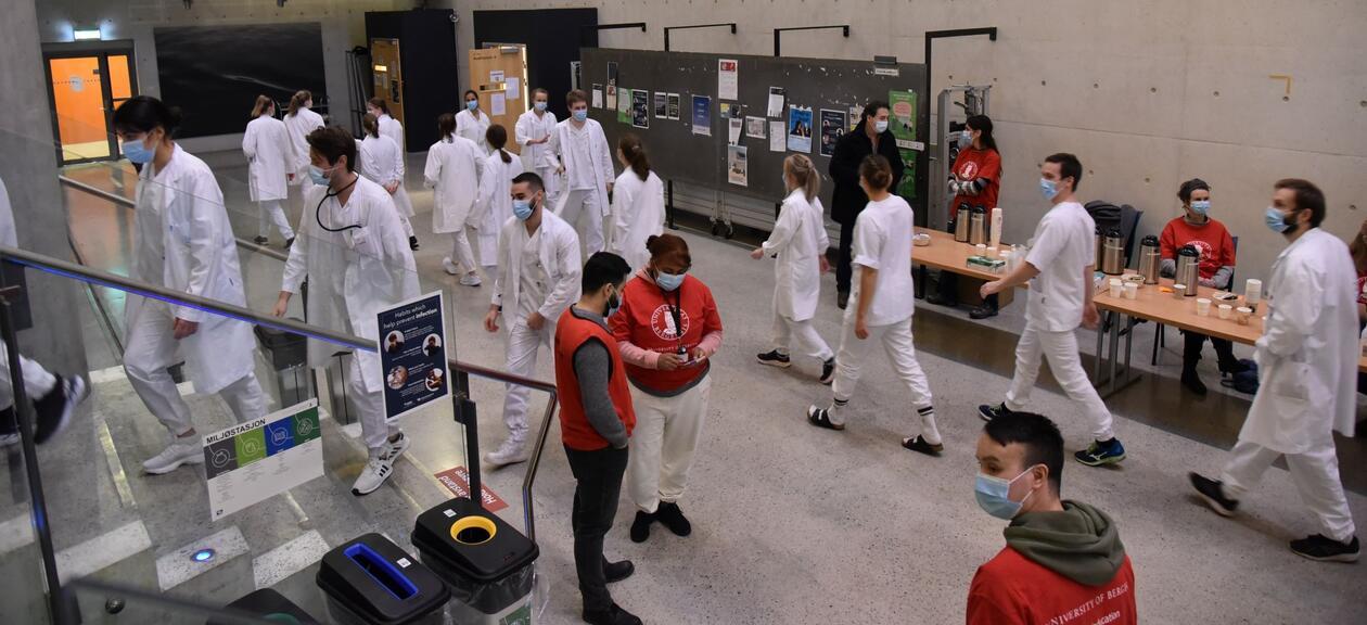 Studenter og personell er samlet i Vrimle forut for eksamenen