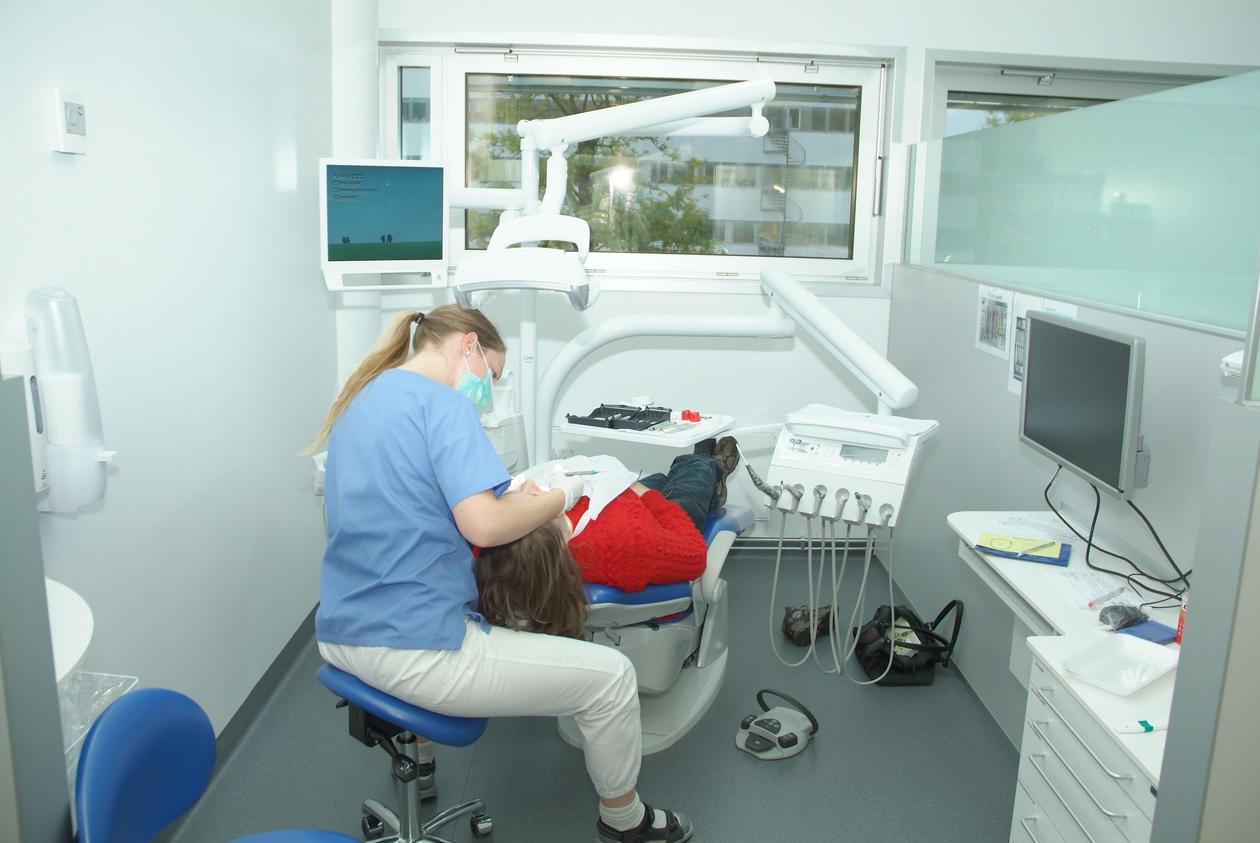Bildet viser arbeid ved en tannlegestol
