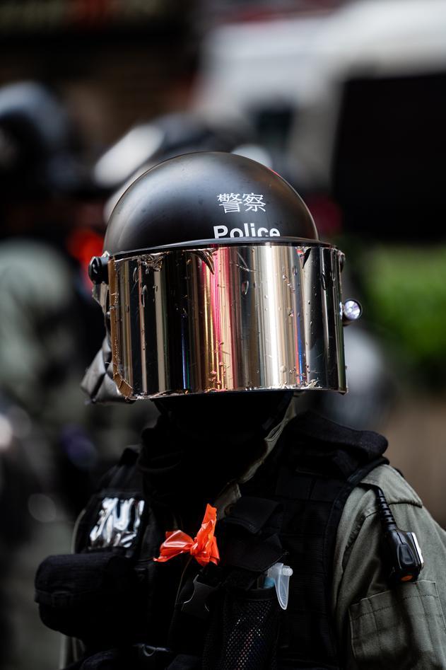 Politibetjent under demonstrasjon i Hongkong