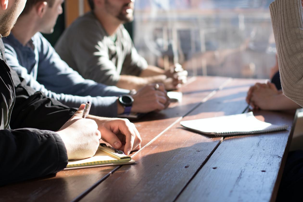Personer som får veiledning ved et bord
