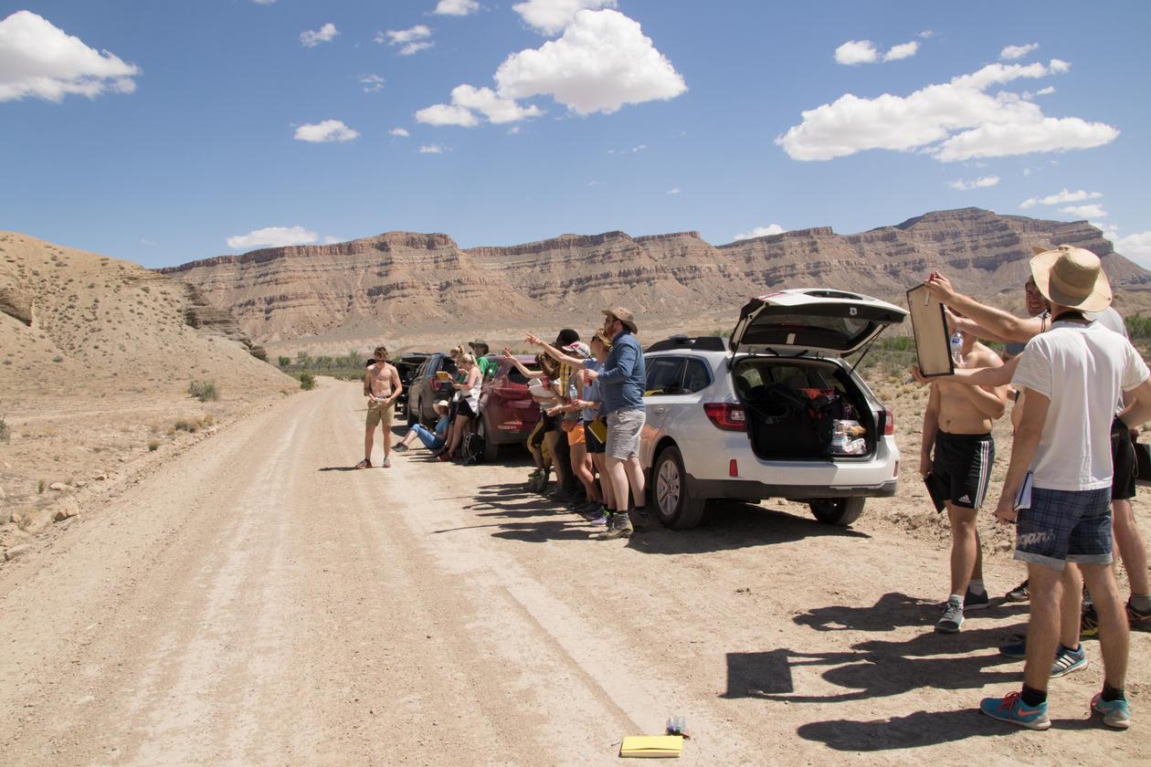 Gruppe diskuterer i Utah under feltarbeid