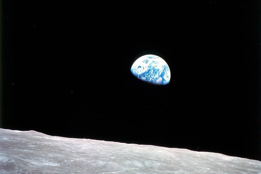 Jorden sett fra månen og Apollo 8, den første bemannede måneferden.