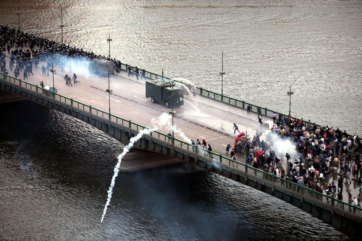 Et bilde fra den Arabiske våren i Egypt, som begynte i desember 2010. Bildet viser en konfrontasjon på en bro mellom opprørspoliti og demonstranter.