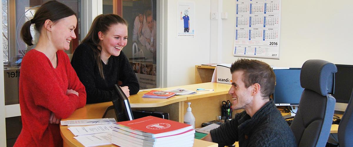 Eirik og studenter i infosenteret