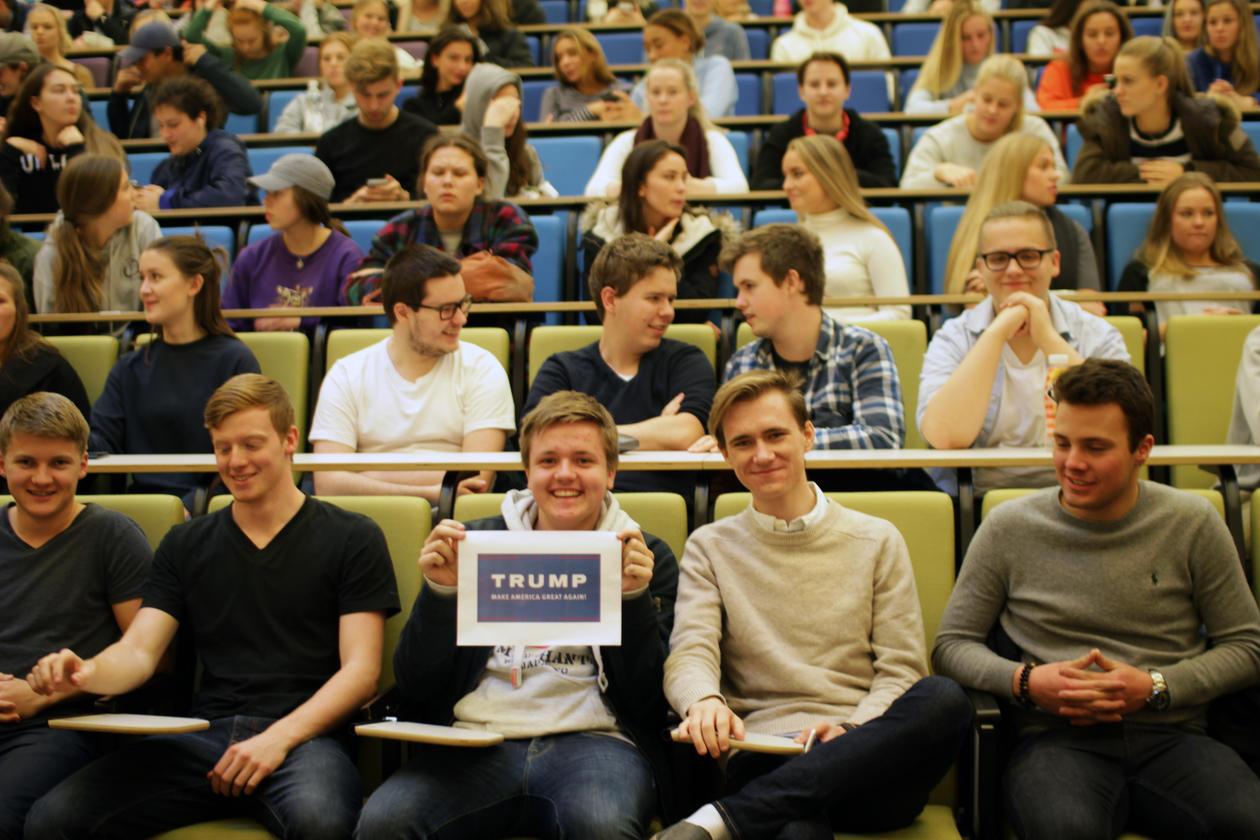 Noen elever hadde forberedt seg litt ekstra til USA-forelesingen.