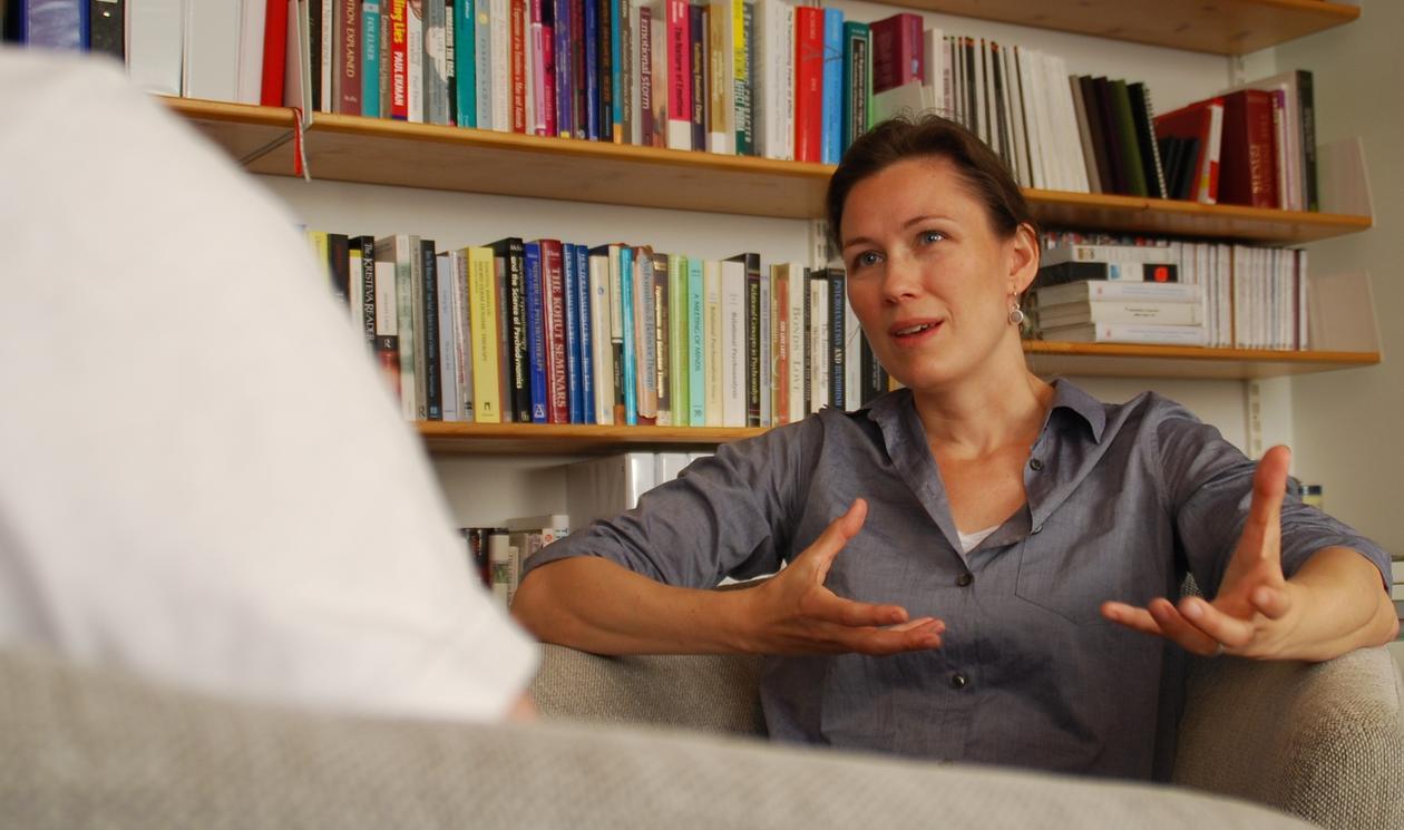 Elisabeth Schanche i samtale med en pasient