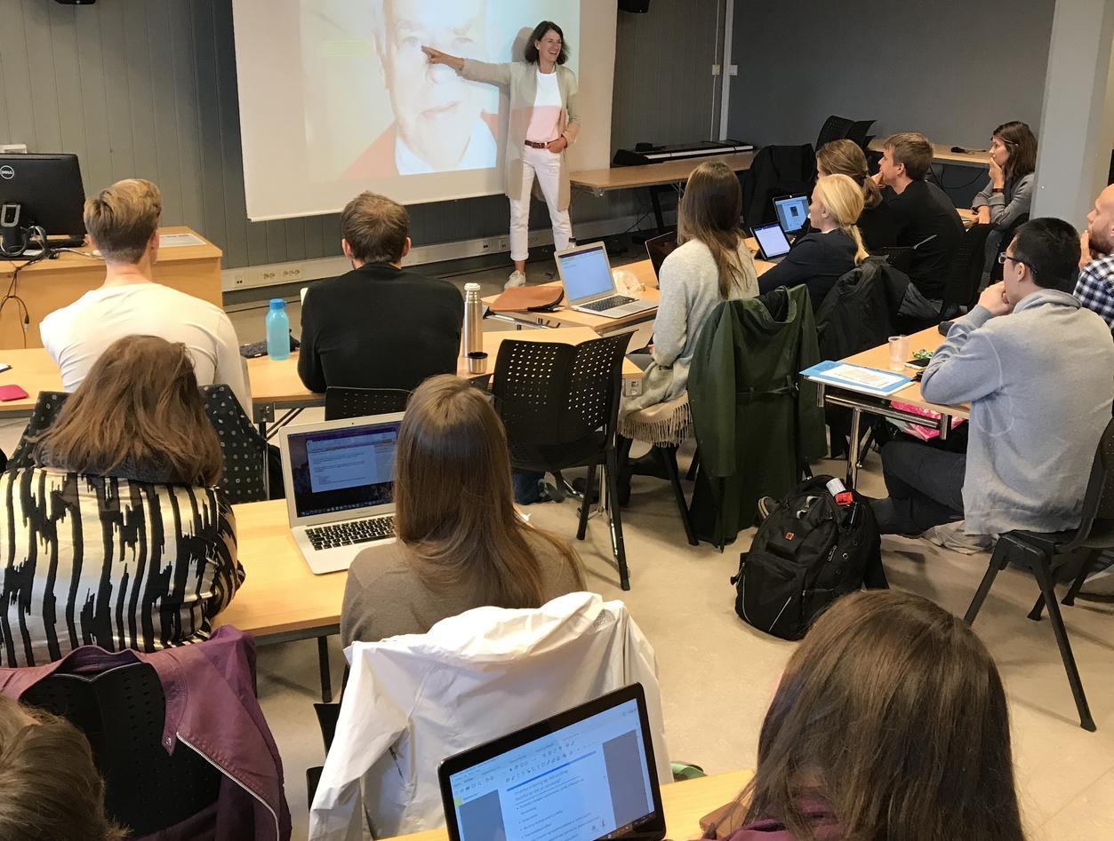 Bettina Husebø underviser medisinstudenter