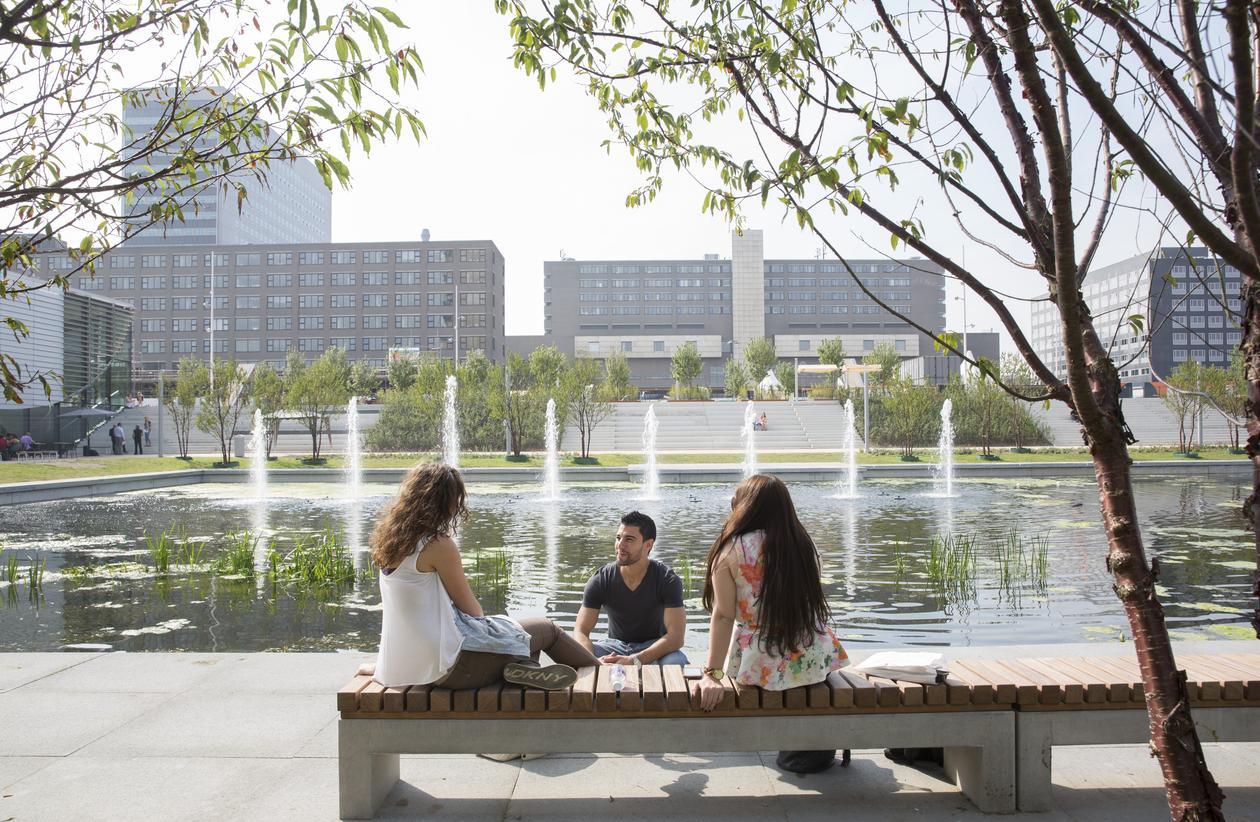 Studenter foran innsjø
