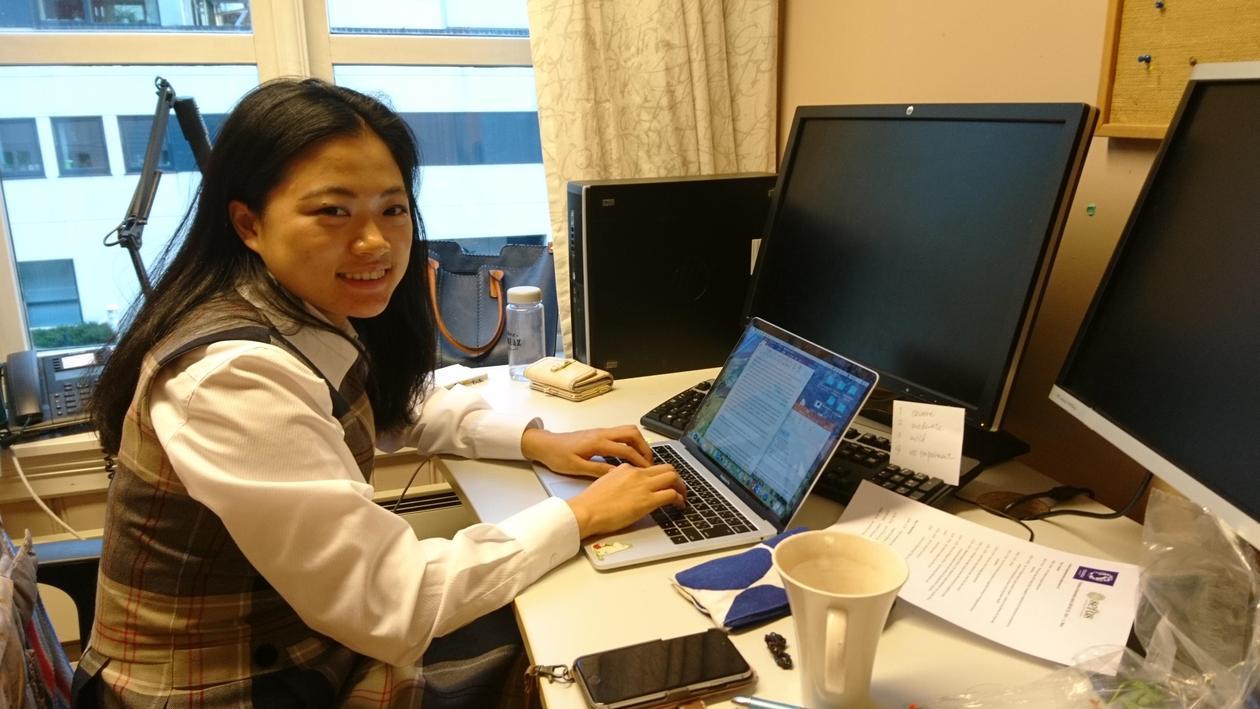 Studenten Erika Ito ved skrivebordet sitt.