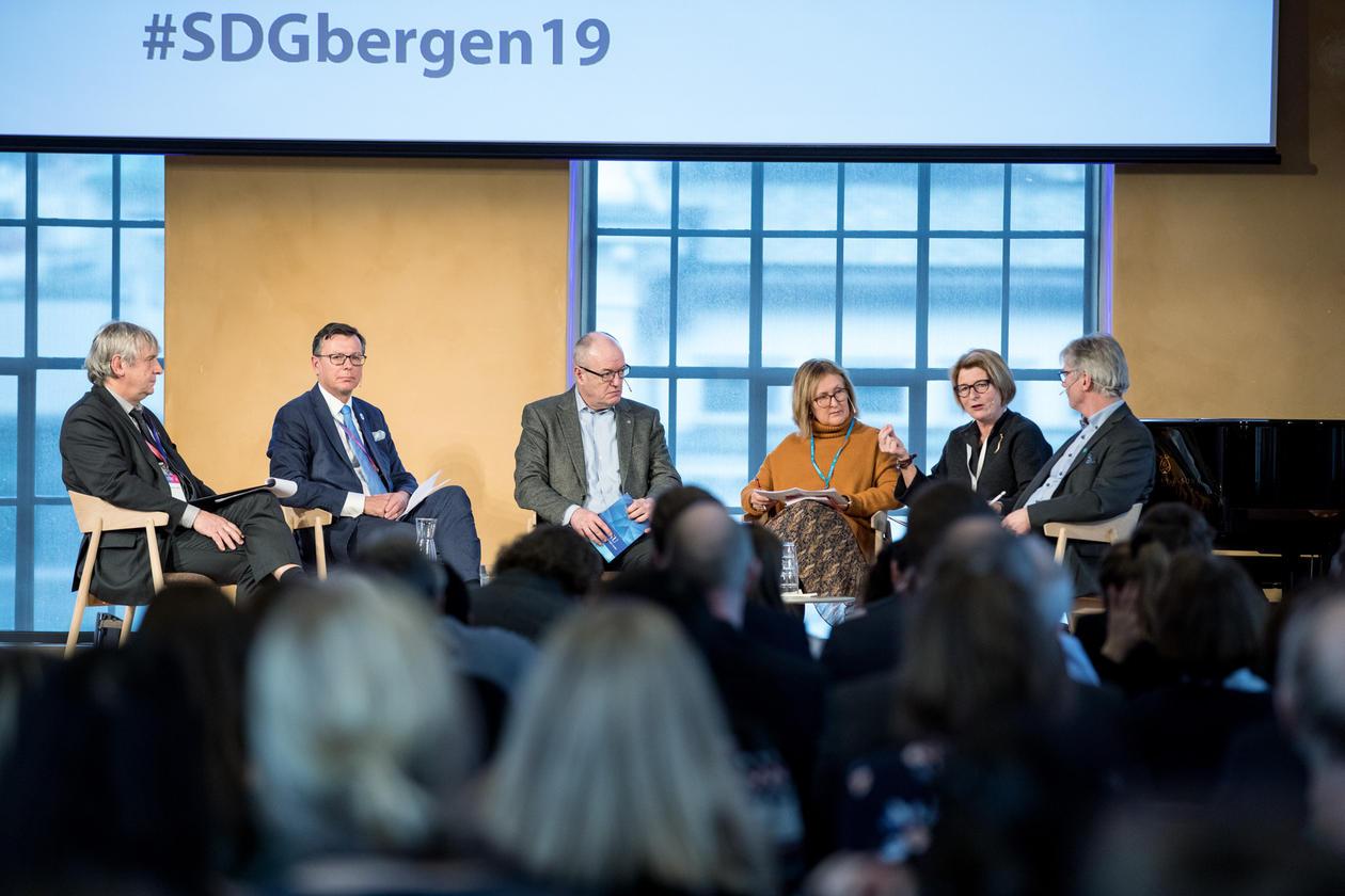 From the left: Dankert Vedeler, Dag Rune Olsen, Gunnar Bovim, Gro Bjørnerud Moe, Anne Husebekk, and Mari Sundli Tveit.