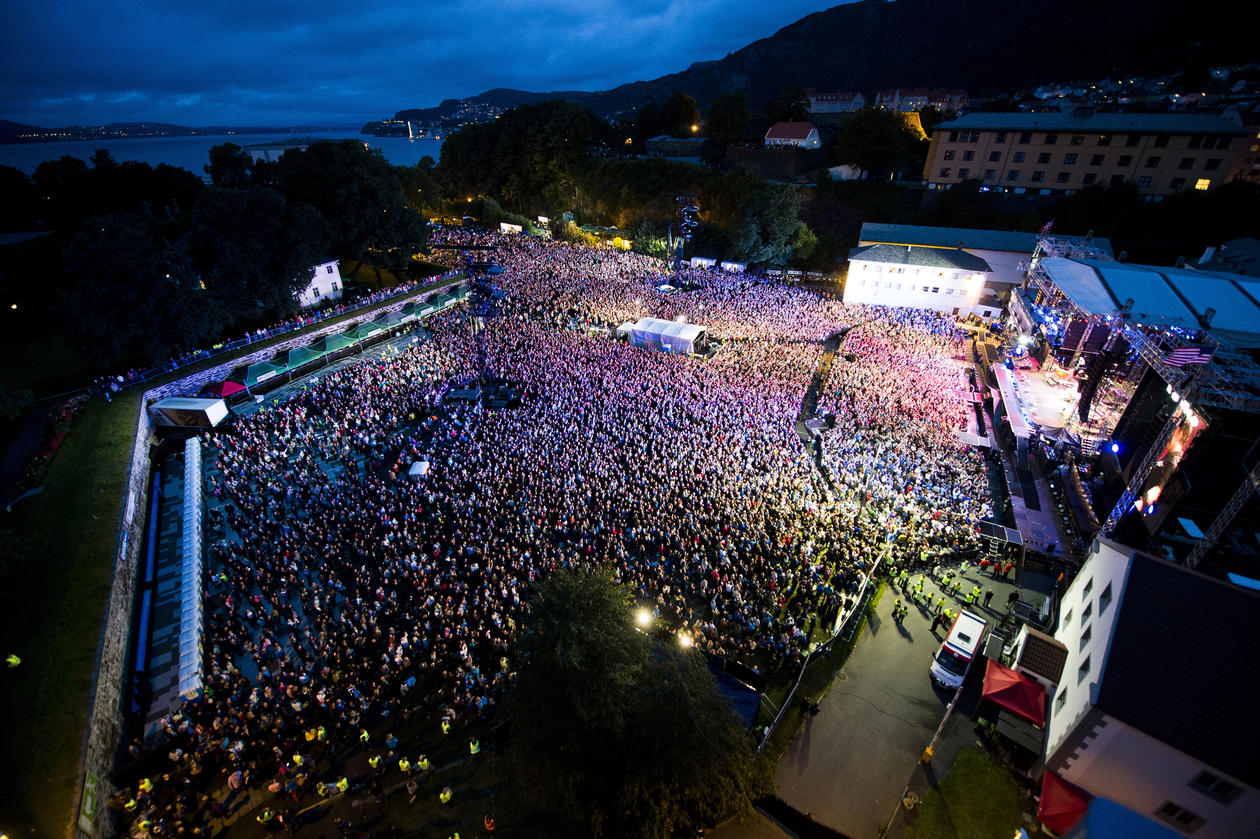 An overview of the concert location Koengen in Bergen full of people
