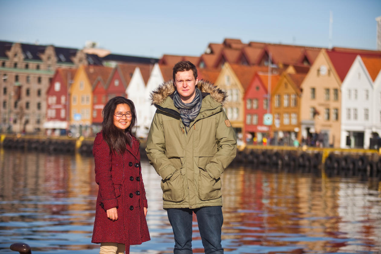 Two students standing in front of Bryggen in Bergen