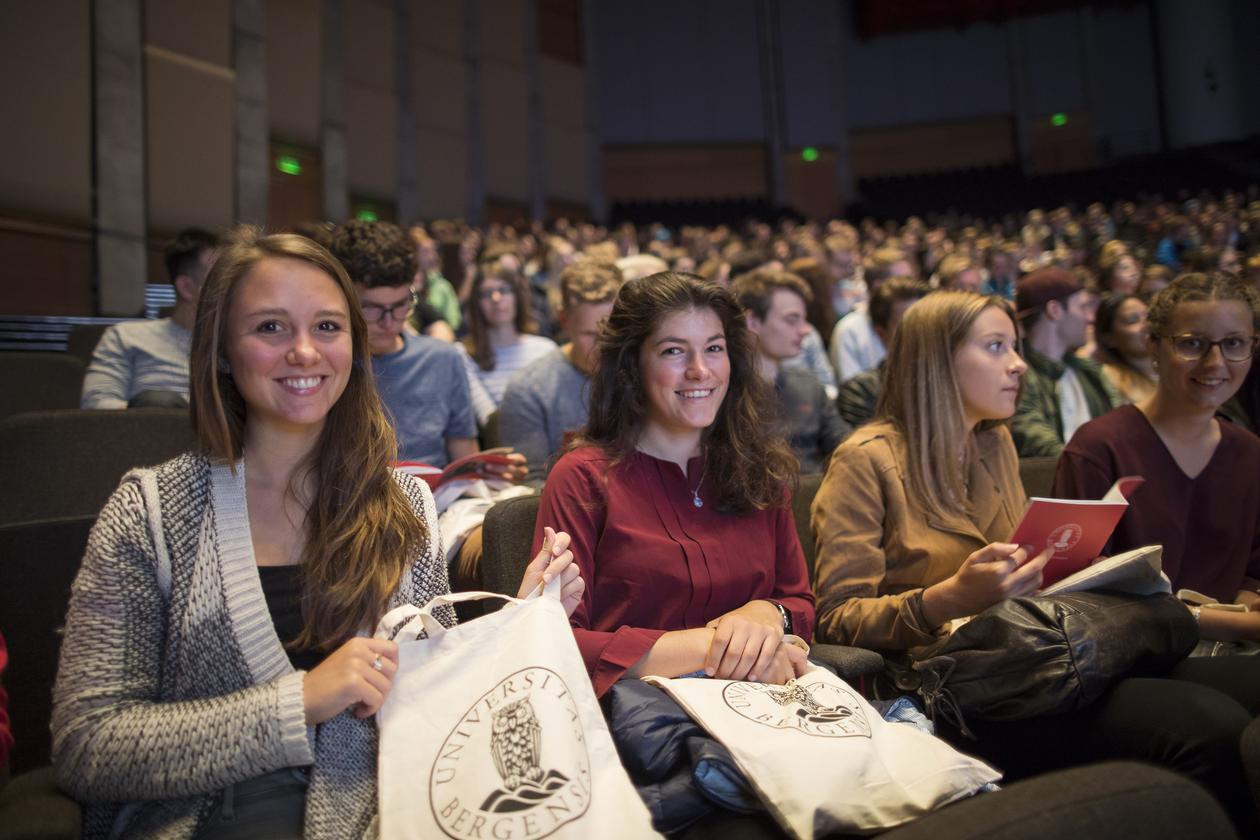 Students sitting in Griegsalen, smiling, attending the Welcome programme