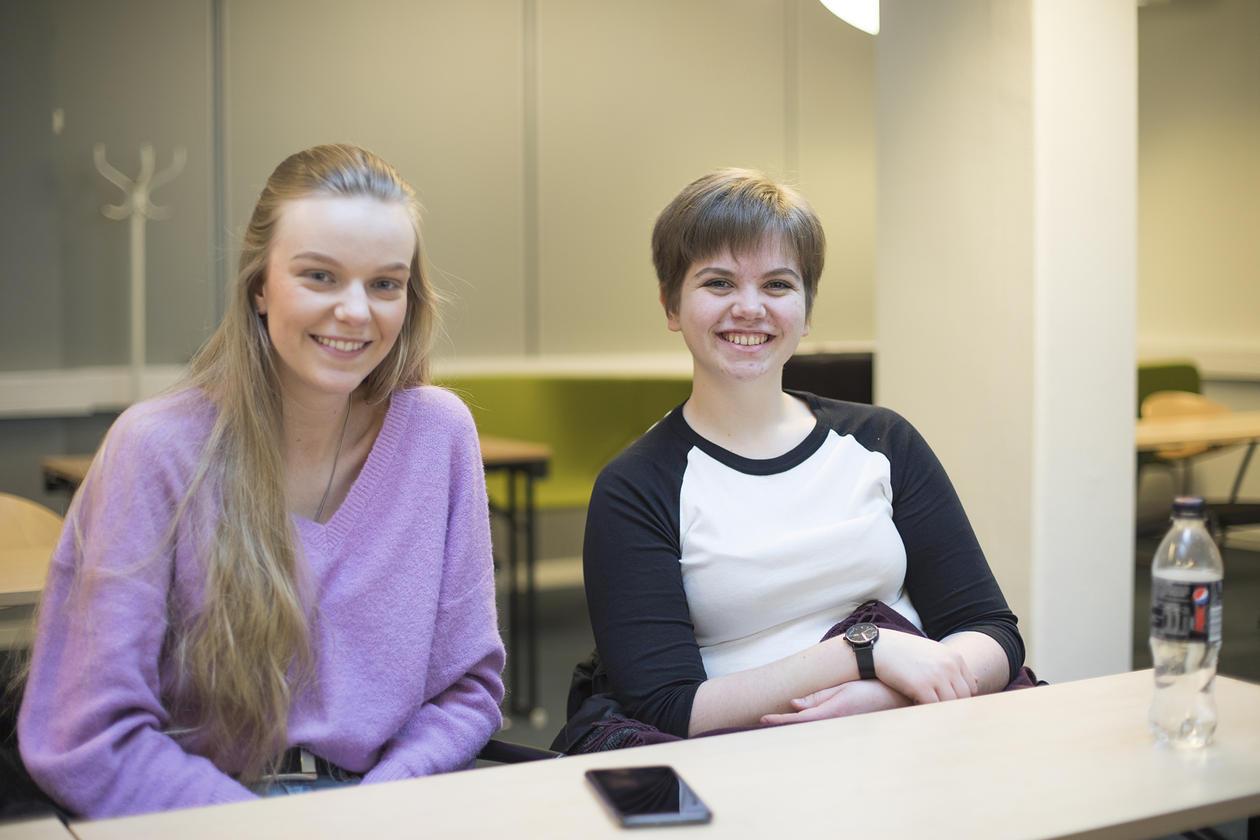 Amalie Revheim og Vita K. Rakkenes hadde teke turen for å undersøke samfunnsøkonomistudiet