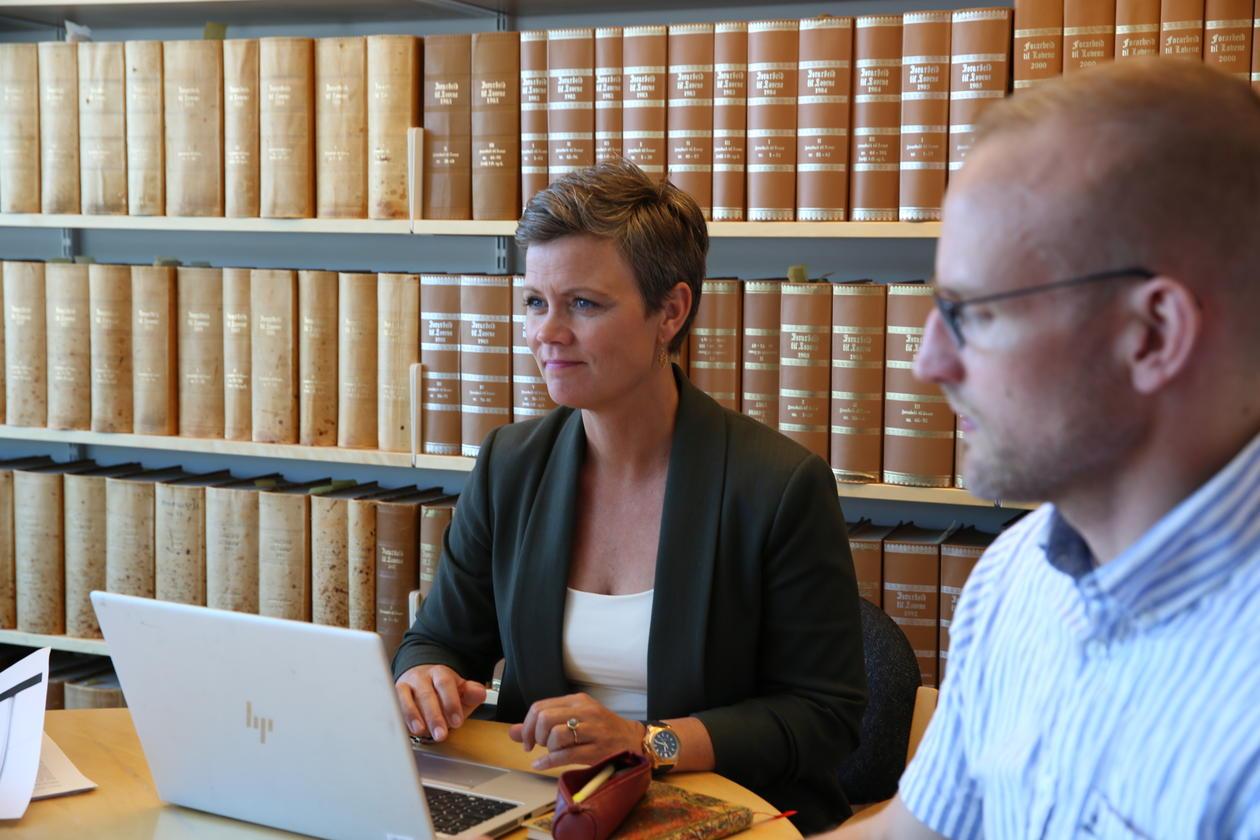 To ph.d.-kandidater diskuterer under undervisning om forskningsformidling