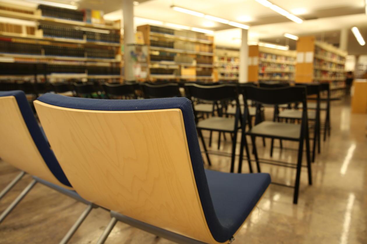 Stoler i biblioteket