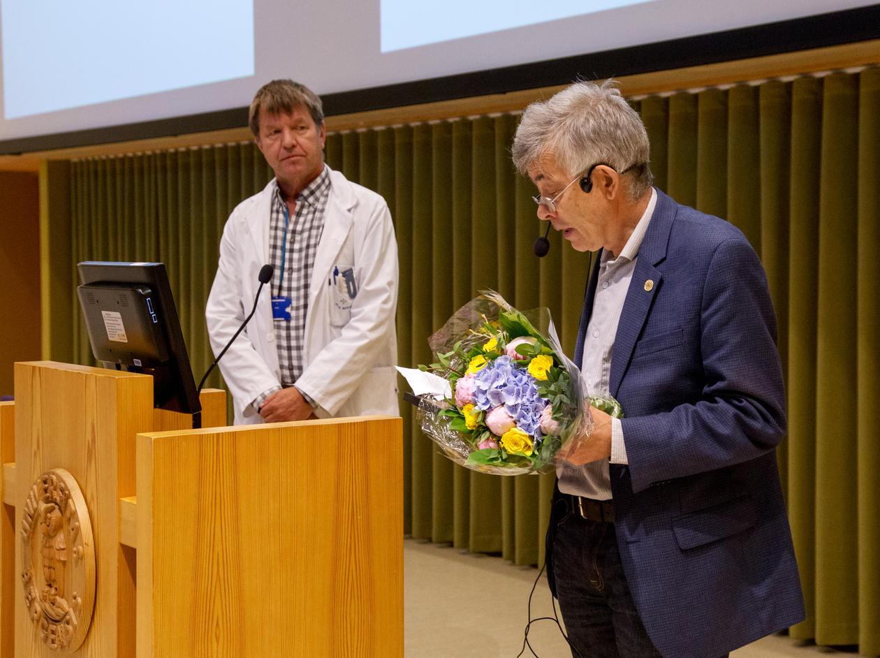 Per Bakke leser opp begrunnelse for hvorfor Gottfried Greve fikk prisen