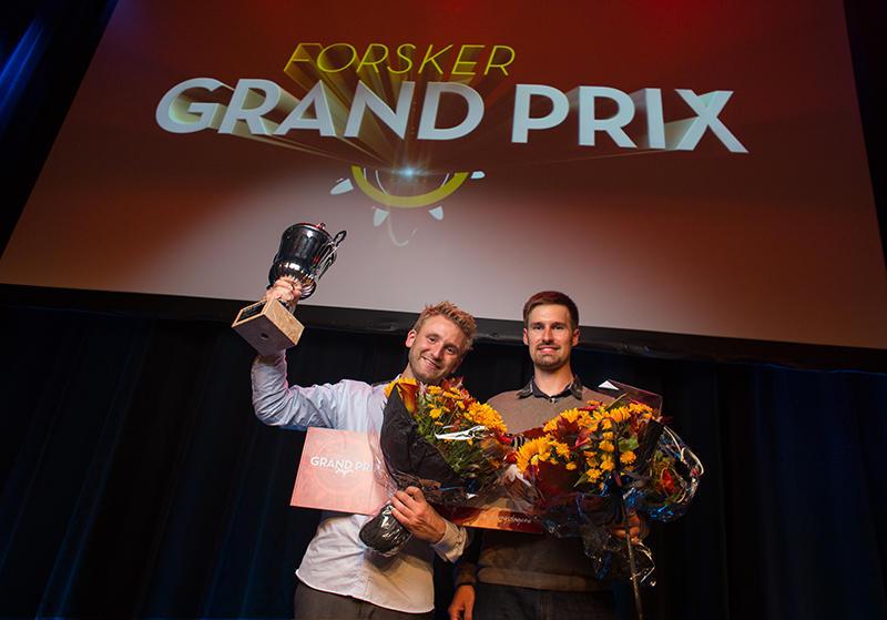 Audun Havnen og Florian Sambraus holder pokal og blomster