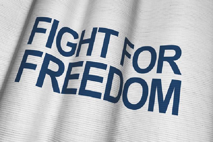 """Hvitt flagg med teksten """"Fight for freedom"""" i blått"""