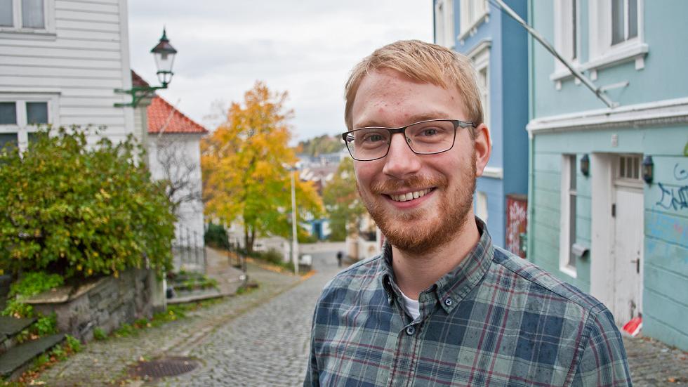 Bilete av Daniel Fitjar som smiler til kamera.
