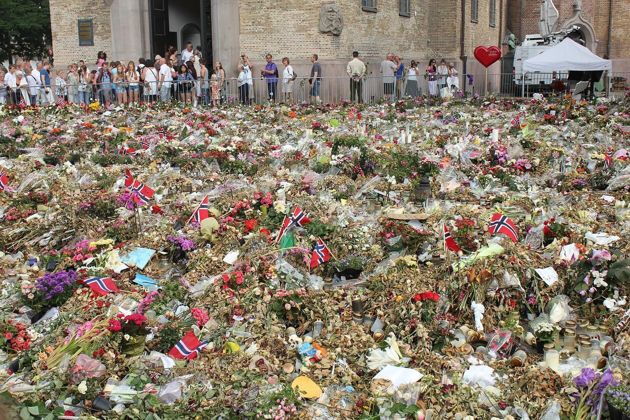 bilder av blomster i Oslo etter terrorangrepet