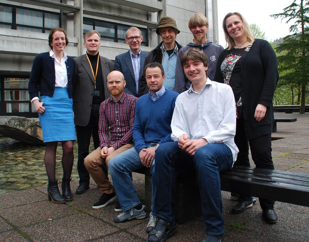 Faggruppen som arbeider for et senter for geotermisk energi, fotografert utenfor Realfagbygget i Bergen.