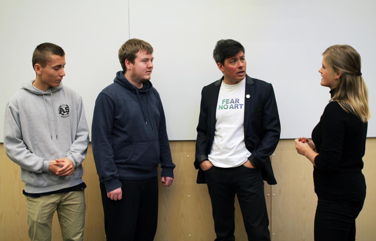 Andreas Solberg Jensen, Andreas Lie Algrøy og Kari Kvelstad Ellingsen syntes forelesingen med Alvarez var spennende. Her i samtale med forskeren etterpå.