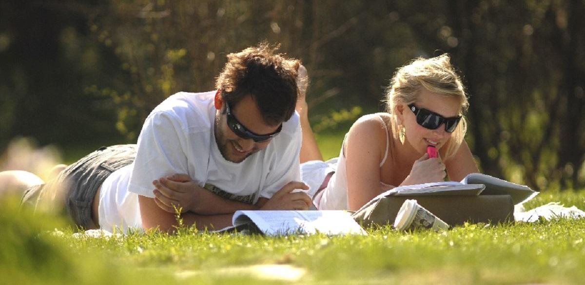 BIlde av studenter i gresset