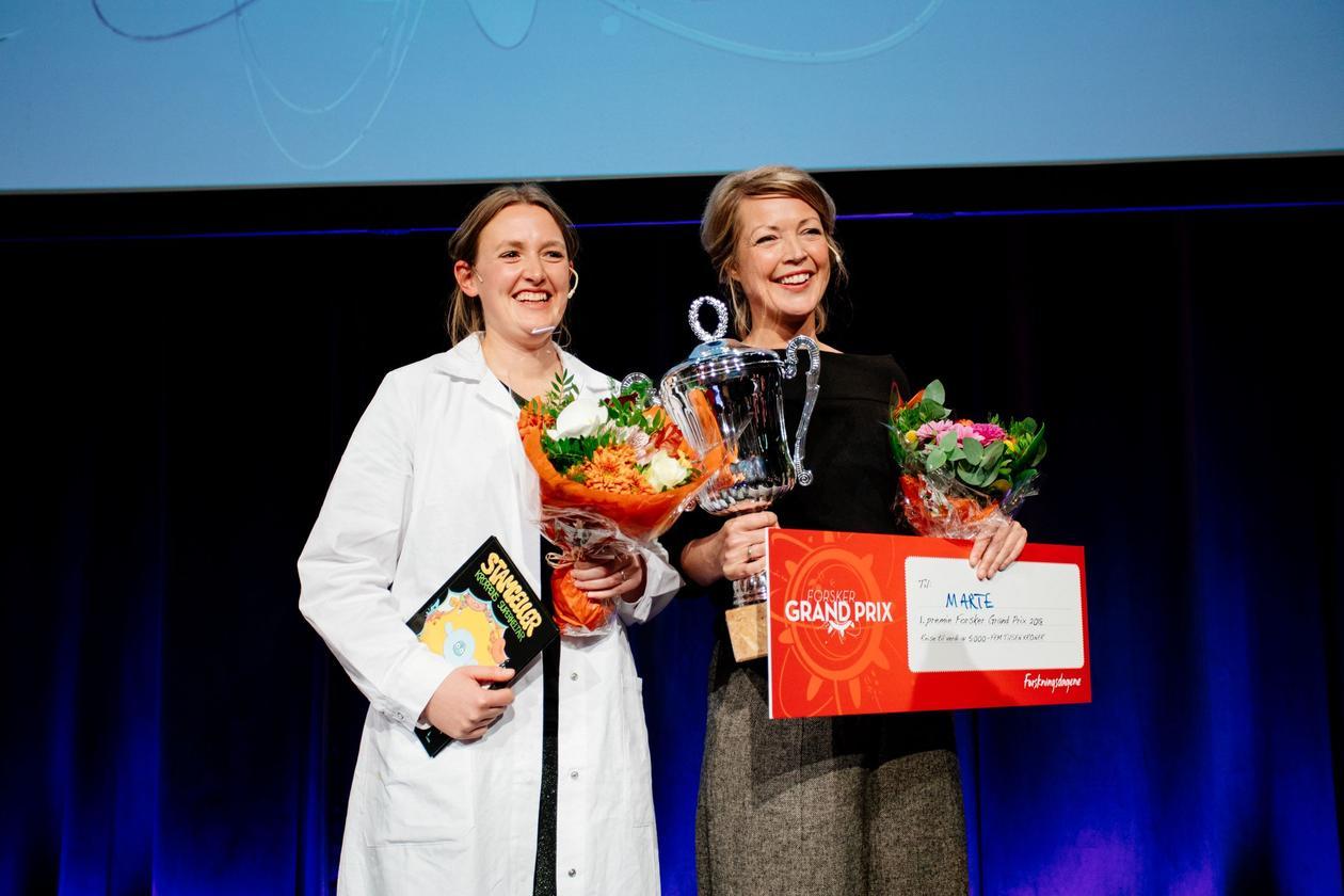 Forsker grand prix-vinner og nummer to med blomst og pokal