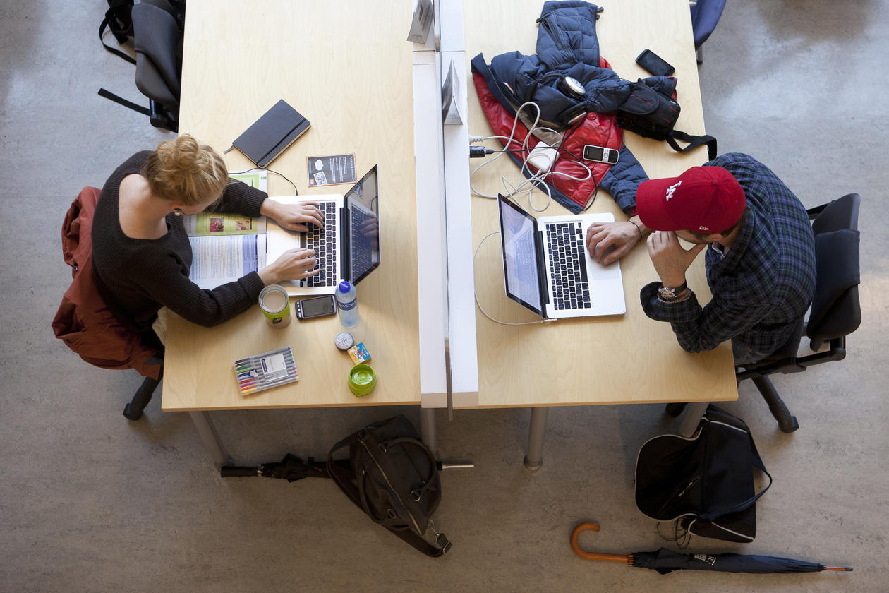 Studenter på lesesalen