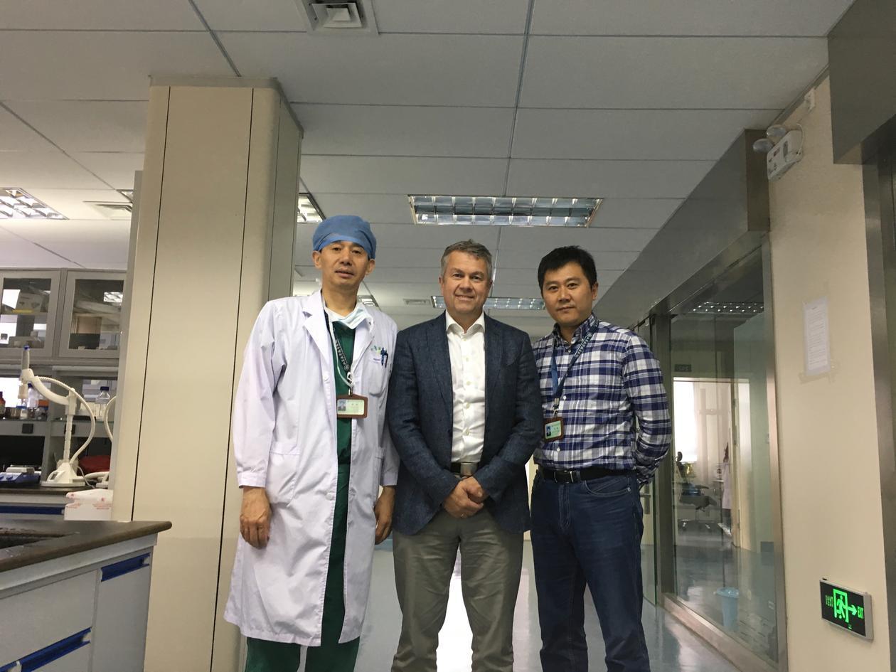Frits Alan Thorsen med to kolleger på labben i Kina
