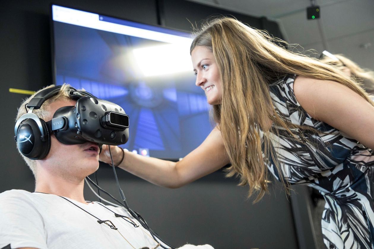 Studenter bruker HTC-Vive teknologi