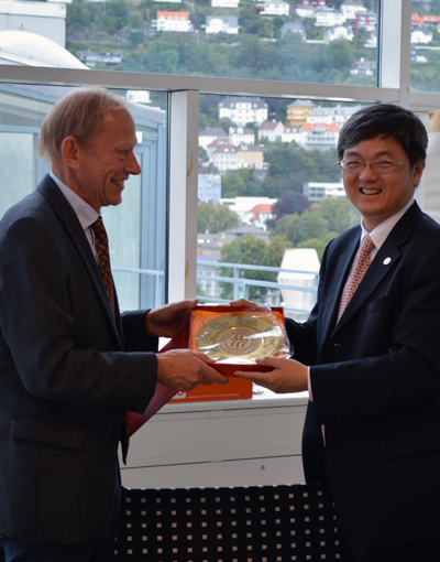 Renmin University presents gifts to the Department of Economics