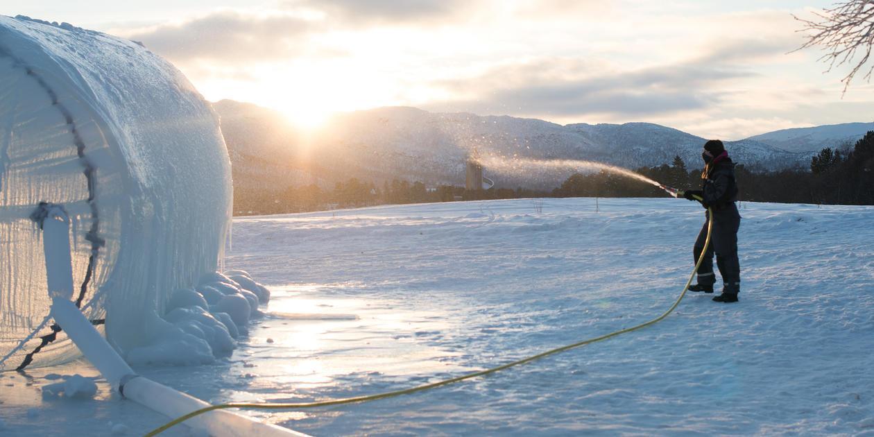 Designstudenter ved KMD har bygget en fantasilandsby av is og snø under Ismusikkfestivalen på Geilo.