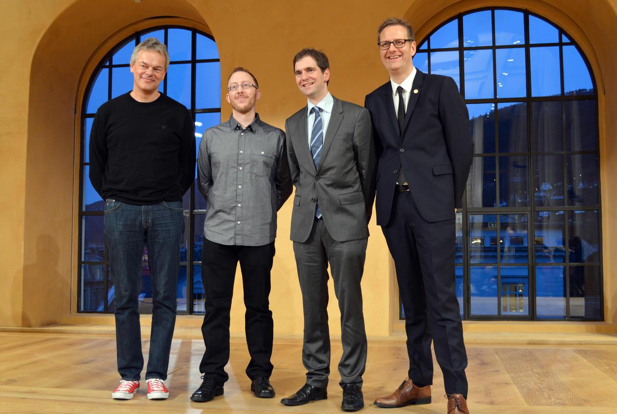 Nobelpris-vinnar Edvard Moser saman med dei unge forskarane: Harald Barsnes, Marco Hirnstein og Harald Haarstad.