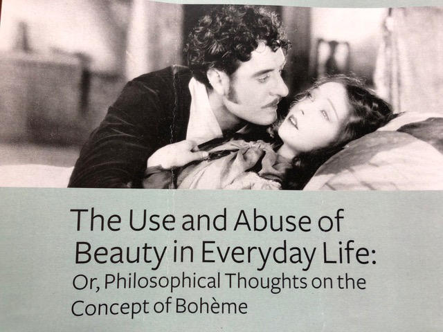 Romantisk scene fra klassisk film i sort-hvitt.