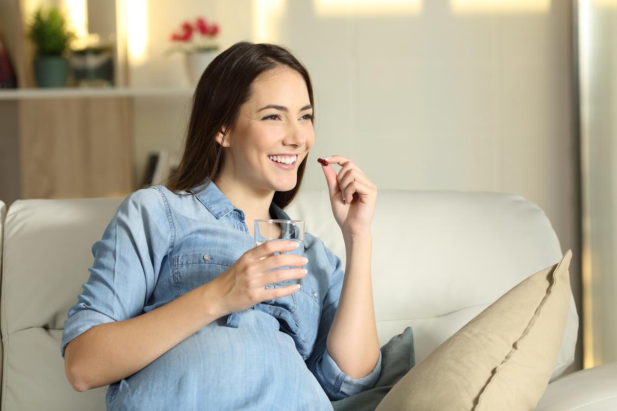 Gravid kvinne tar medisin