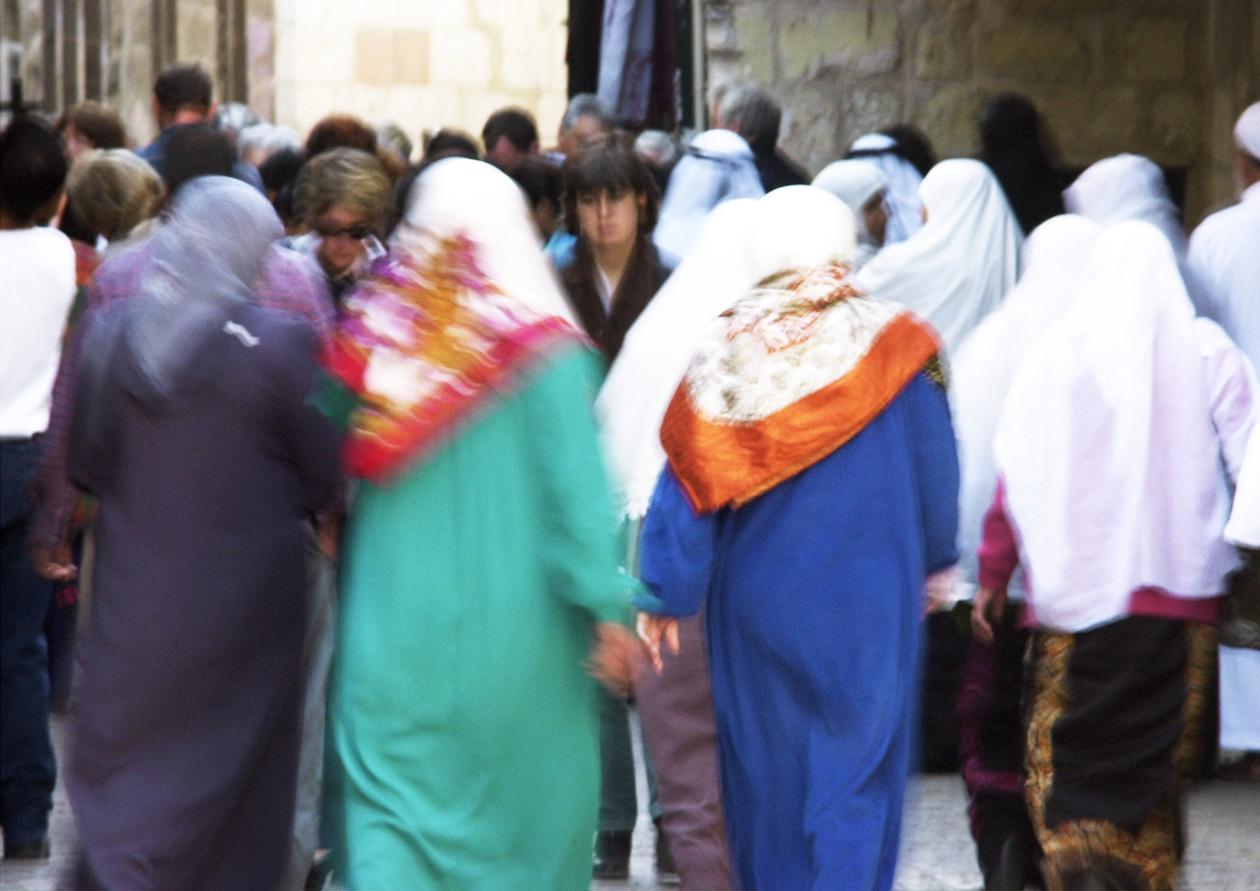 Gruppe av muslimske kvinner som går nedover travel gate