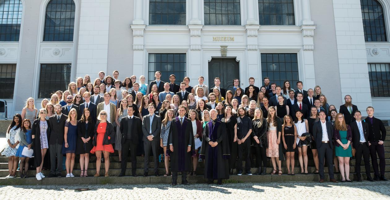 Alle deltakerne på Bachelorseremonien 2016 i solskinnet foran den ærverdige museumsbygningen