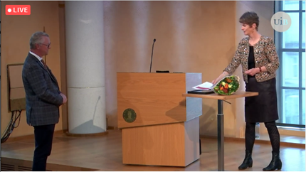Guri Rørtveit giving publication prize