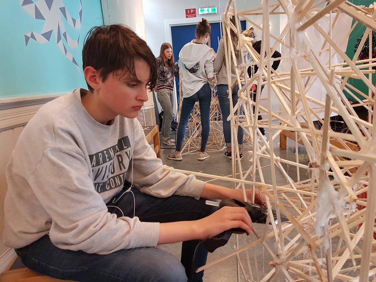 Gutt arbeider med broprosjekt Rothaugen skole