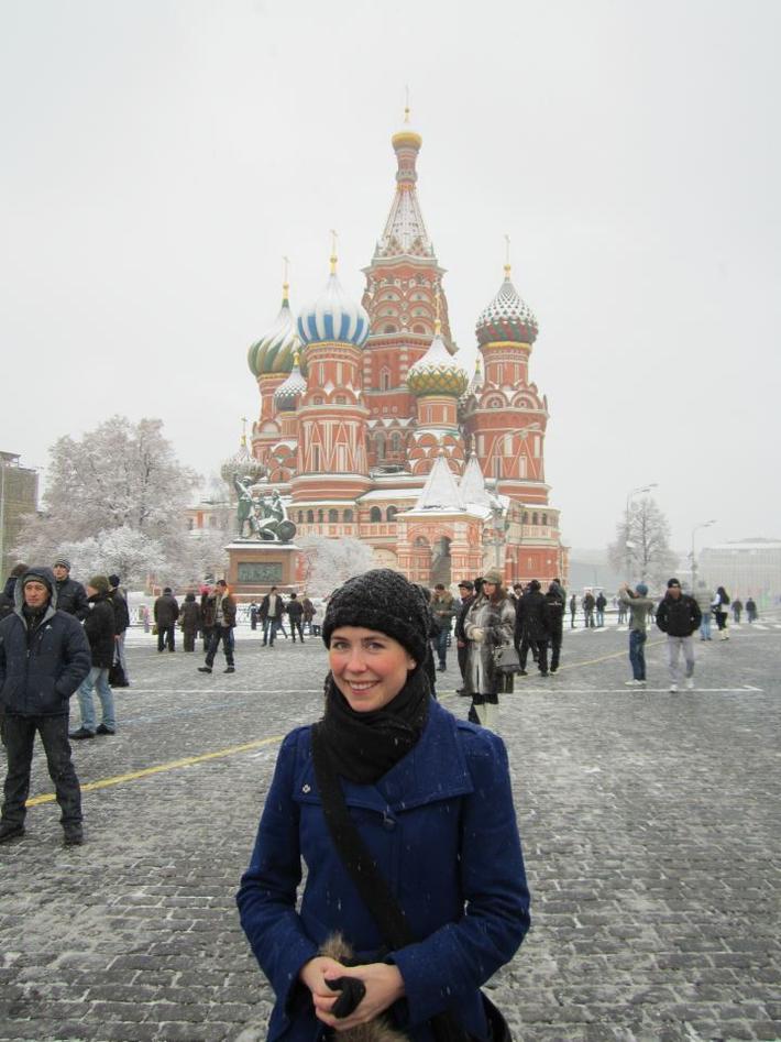 Hanne Marie framfor Vasilij-katedralen i Moskva