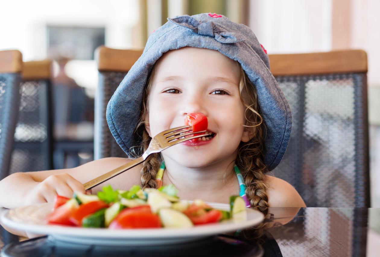 Glad barn spiser frukt