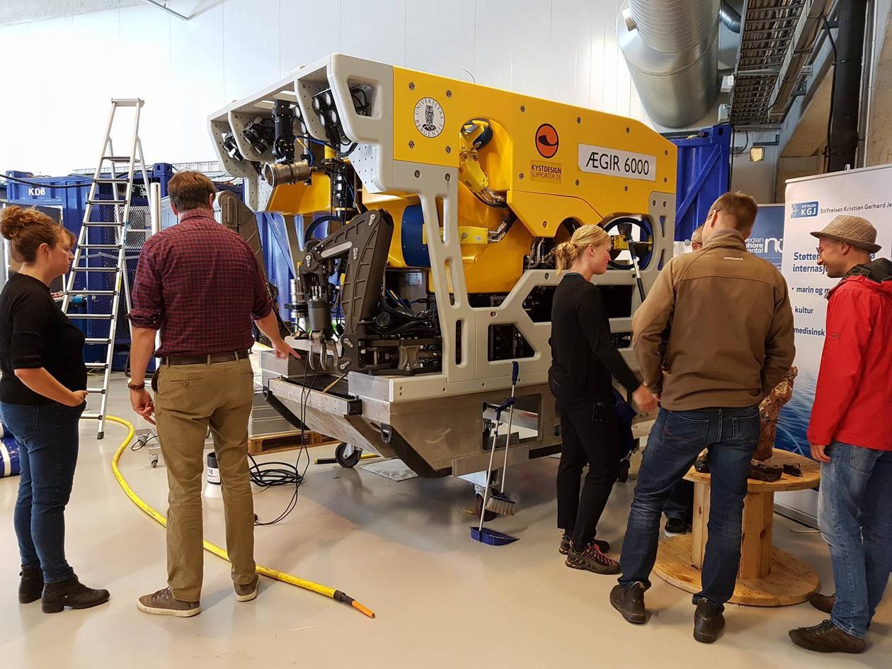 Deltakerene på Magellan på besøk hos Norsk Havlaboratorium